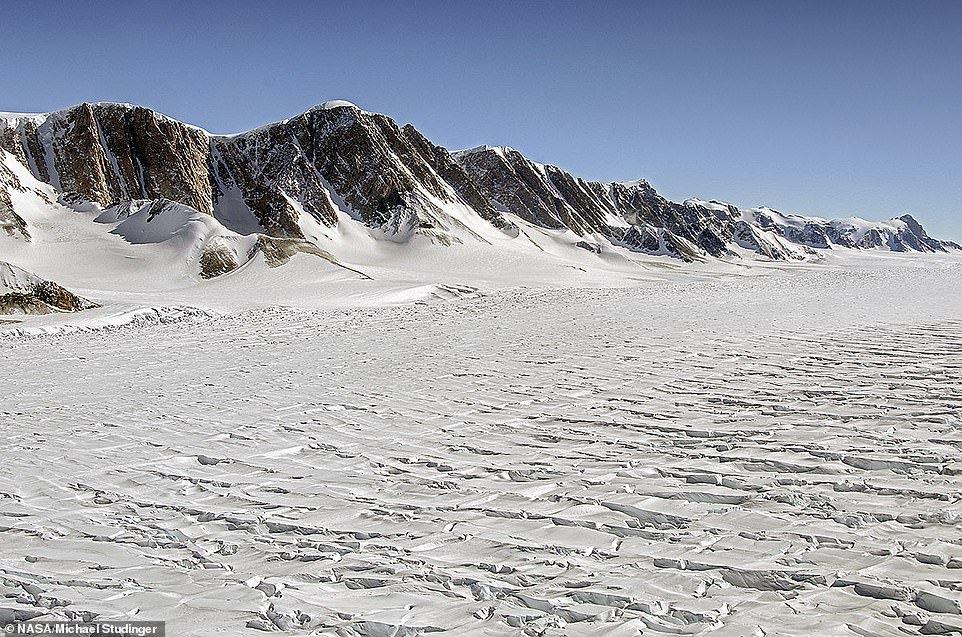 Один из крупнейших ледников в мире начал таять