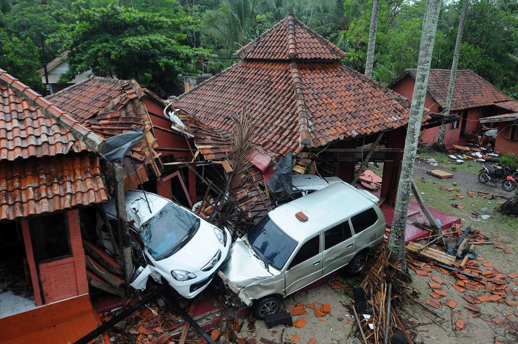 Цунами в Индонезии: число жертв растет