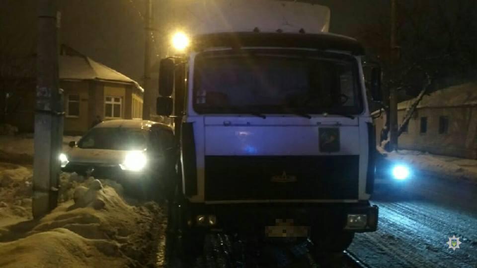 На Гольдбeрговской водитель легковушки не пропустил грузовик (фото)