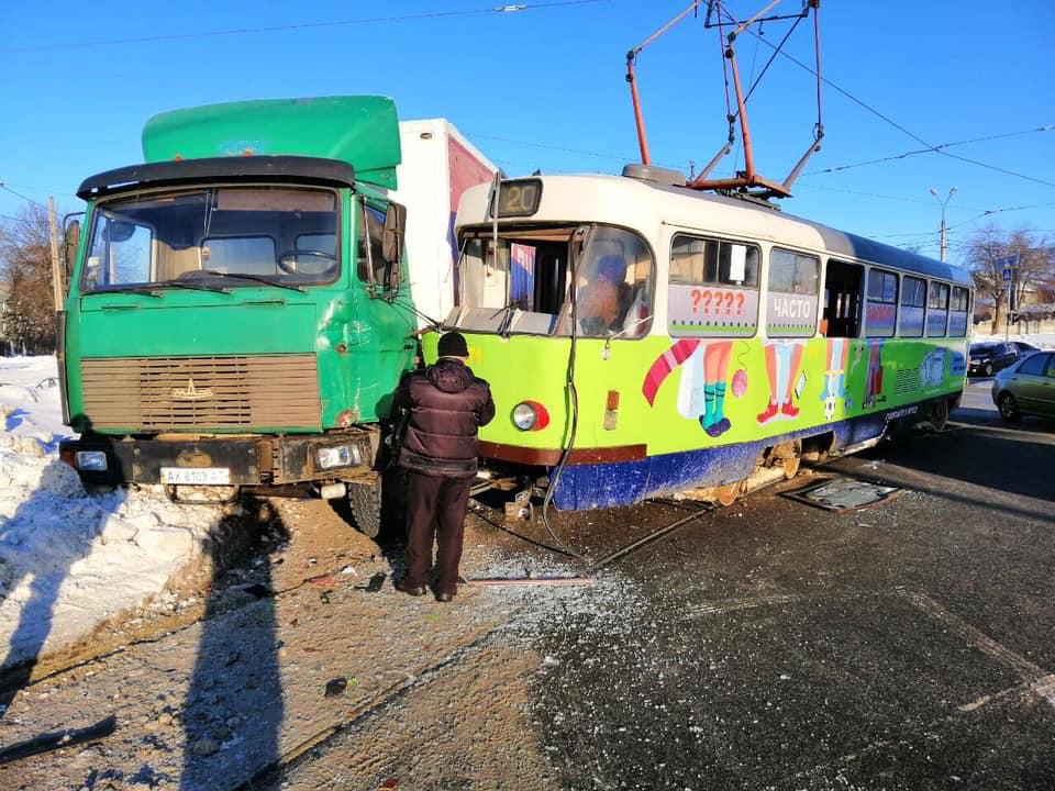На перекрестке ул. Клочковской — пр. Победы столкнулись фура и трамвай (фото)