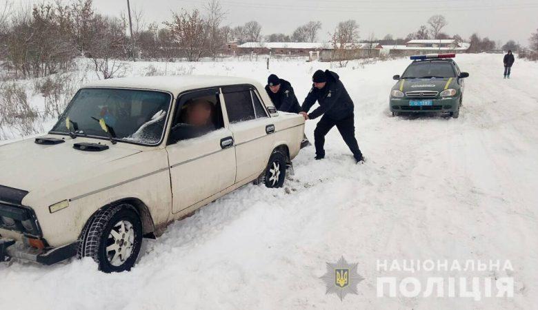 Полицейские Харьковщины помогают гражданам бороться с последствиями непогоды (фото)