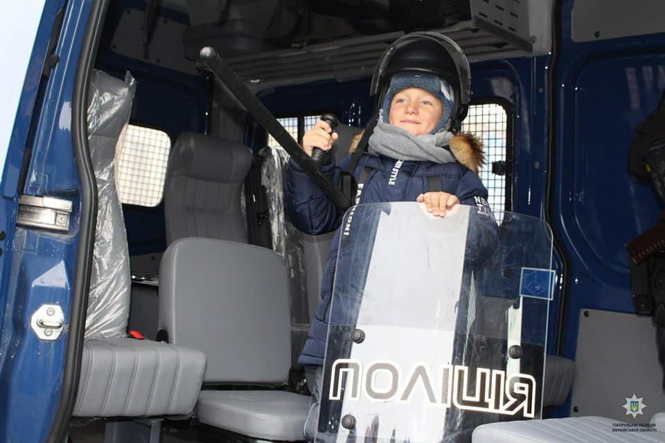 В Харькове дети примерили полицейскую форму, а взрослые – алкоочки