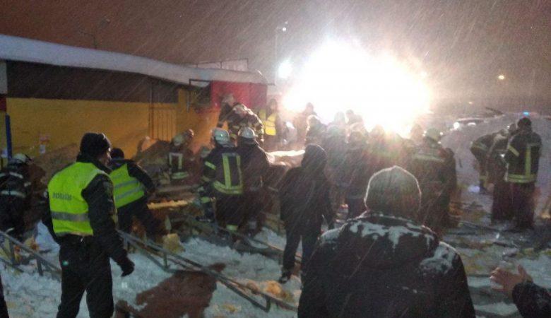 Как спасали харьковчанок, на которых обрушилась крыша недостроенного павильона (видео)