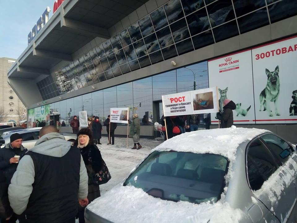 В харьковском супермаркете травмировалась женщина – граждане вышли на акцию протеста (фото)