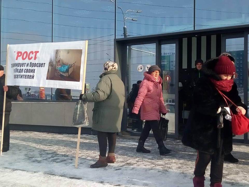 У Харкові організували пікет біля стін супермаркету (відео)