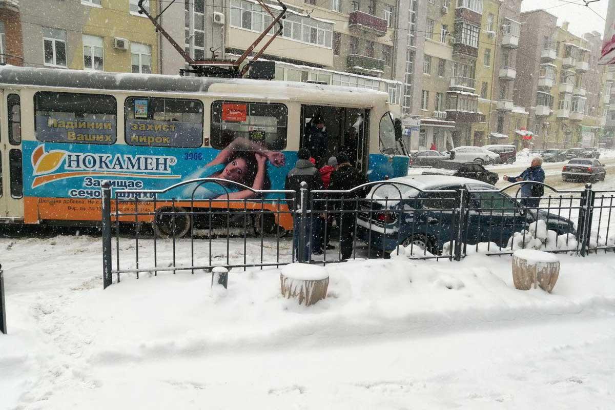 Пассажиры трамвая в Харькове помогли ему проехать (фото)