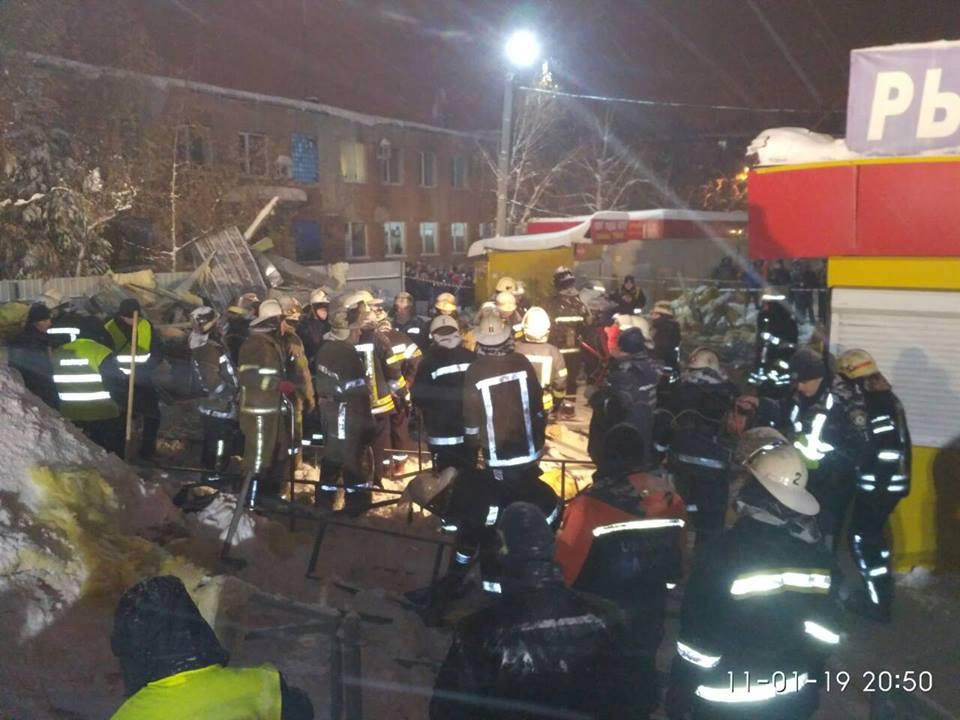 Падение крыши торгового павильона в Харькове: подробности (фото, видео)