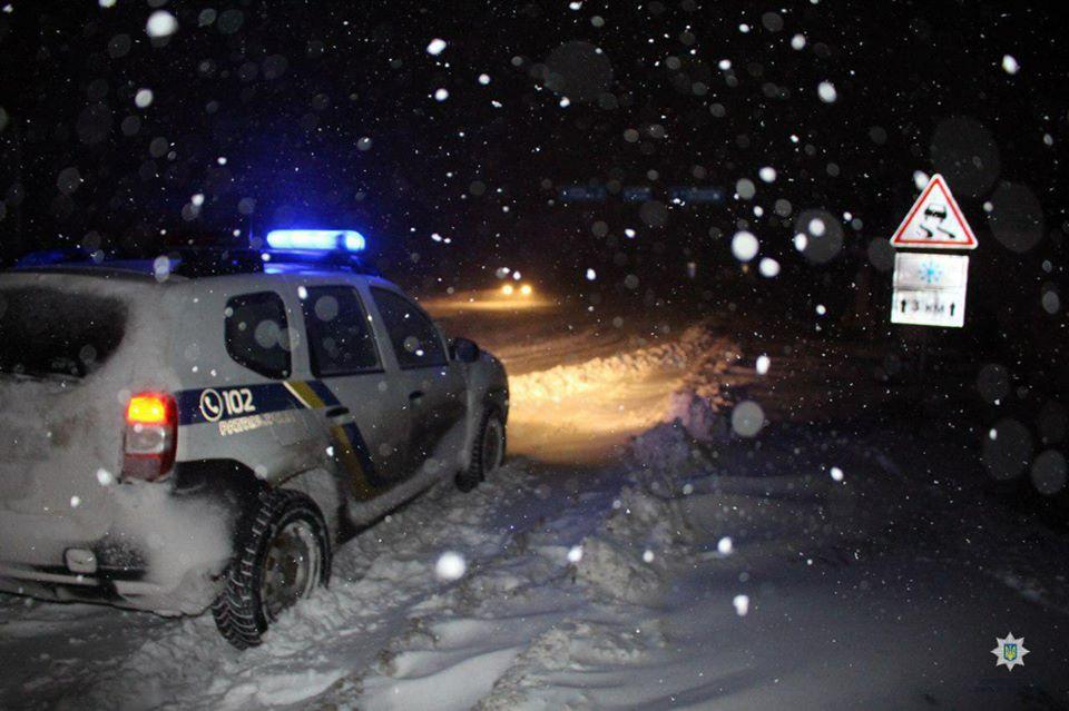 Водителям Харьковщины из-за непогоды советуют воздержаться от дальних поездок