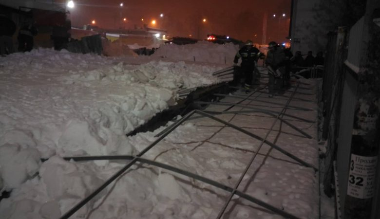 На ст. м. «Им. А. С. Масельского» под давлением снега рухнул недостроенный киоск (фото)