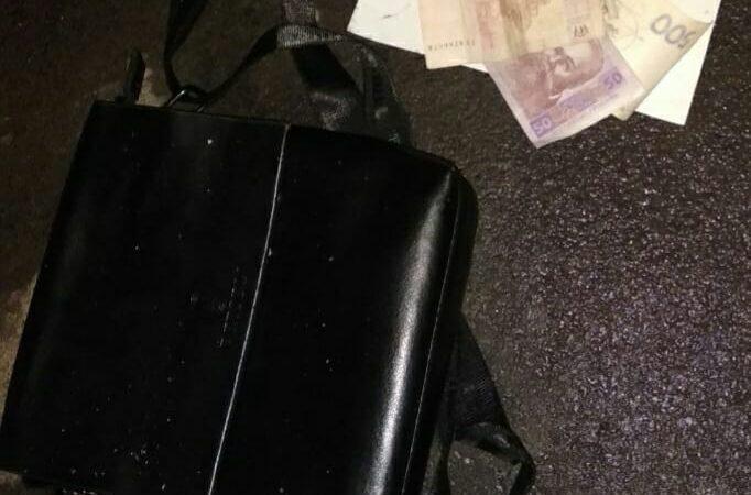 В Харькове у мужчины вырвали сумку с деньгами