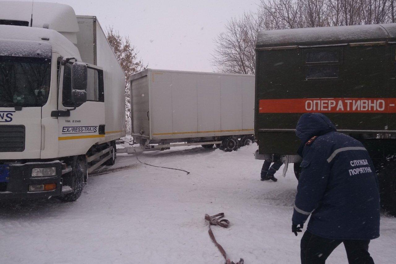 На Харьковщине спасатели вытащили из снежного заноса фуру (фото)
