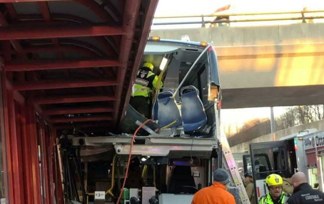 «Это был хаос». В Канаде три человека погибли в результате наезда автобуса на остановку (фото)