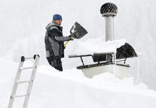 Снегопад в Европе: погибли 13 людей (фото)