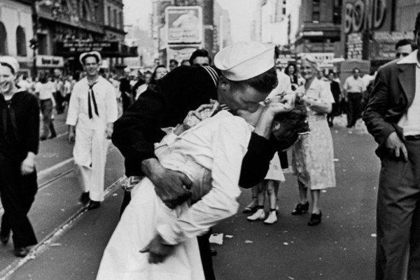 В Америке умер моряк легендарного снимка, ставшего символом окончания Второй мировой войны (фото)
