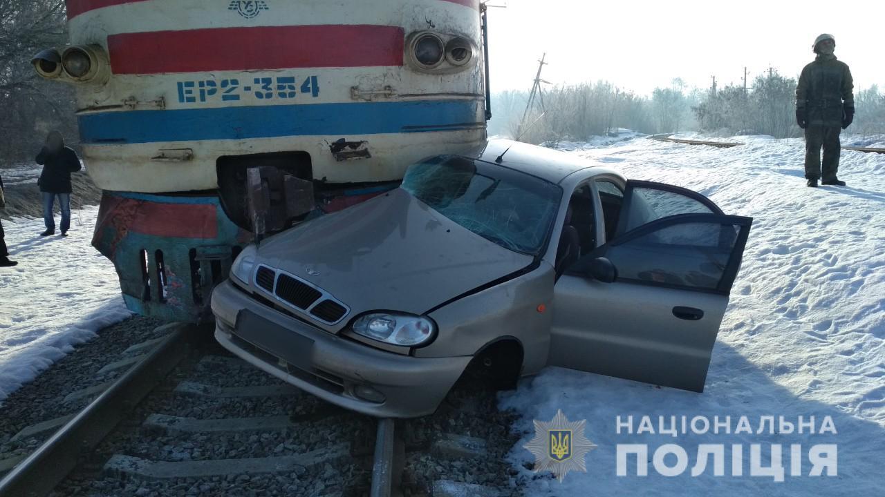 На Харьковщине при столкновении электропоезда и легковушки погиб пожилой человек (фото)