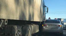 На выезде из Харькова грузовик столкнулся с легковушкой (фото)