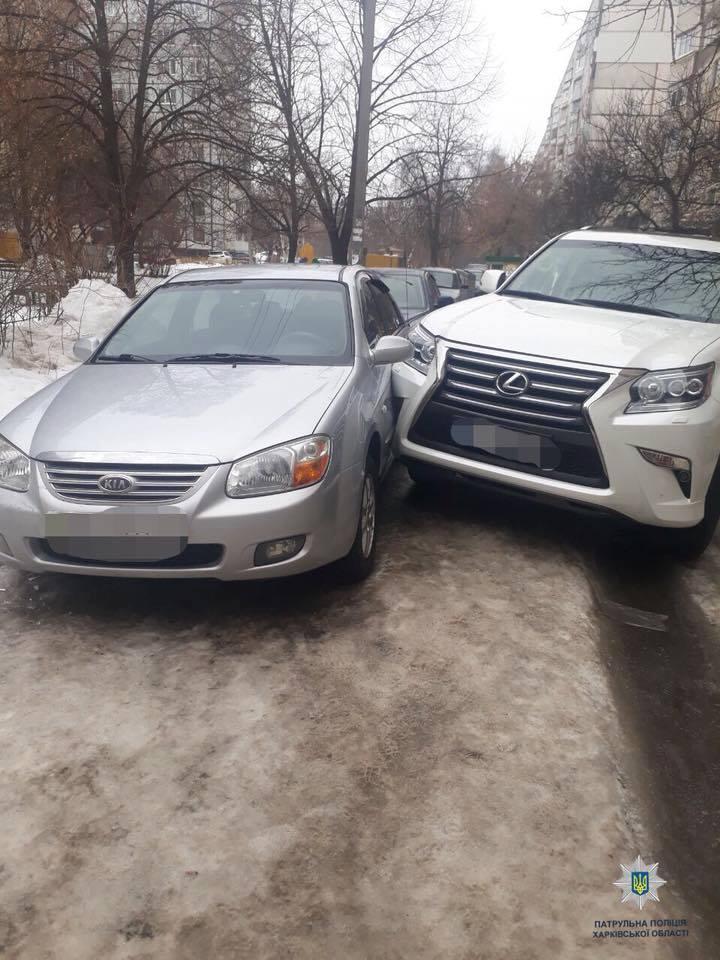 На Холодногорской Lexus врезался в KIA Cerato