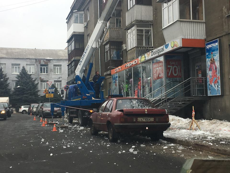 В Харькове сбивают сосульки на припаркованные машины (фото)