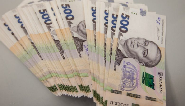 """""""Минималка"""" в Украине за три года в долларовом эквиваленте выросла втрое"""