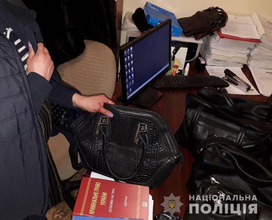 В Харькове мужчина ударил женщину и украл ценные вещи