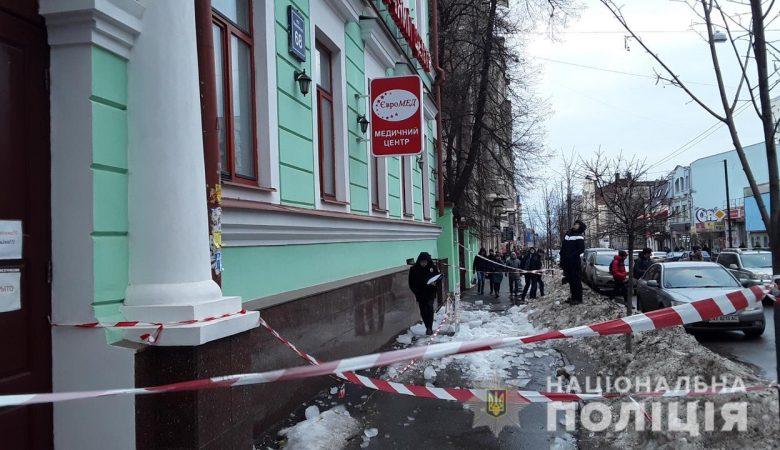 В центре Харькова ледяная глыба травмировала двух человек