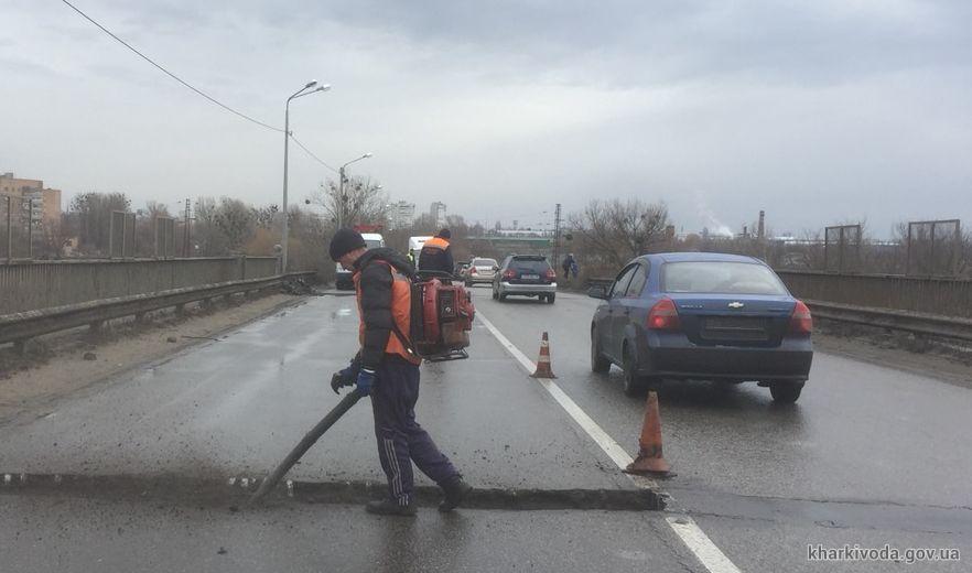 На дорогах Харьковщины проводят ямочный ремонт покрытия (фото)