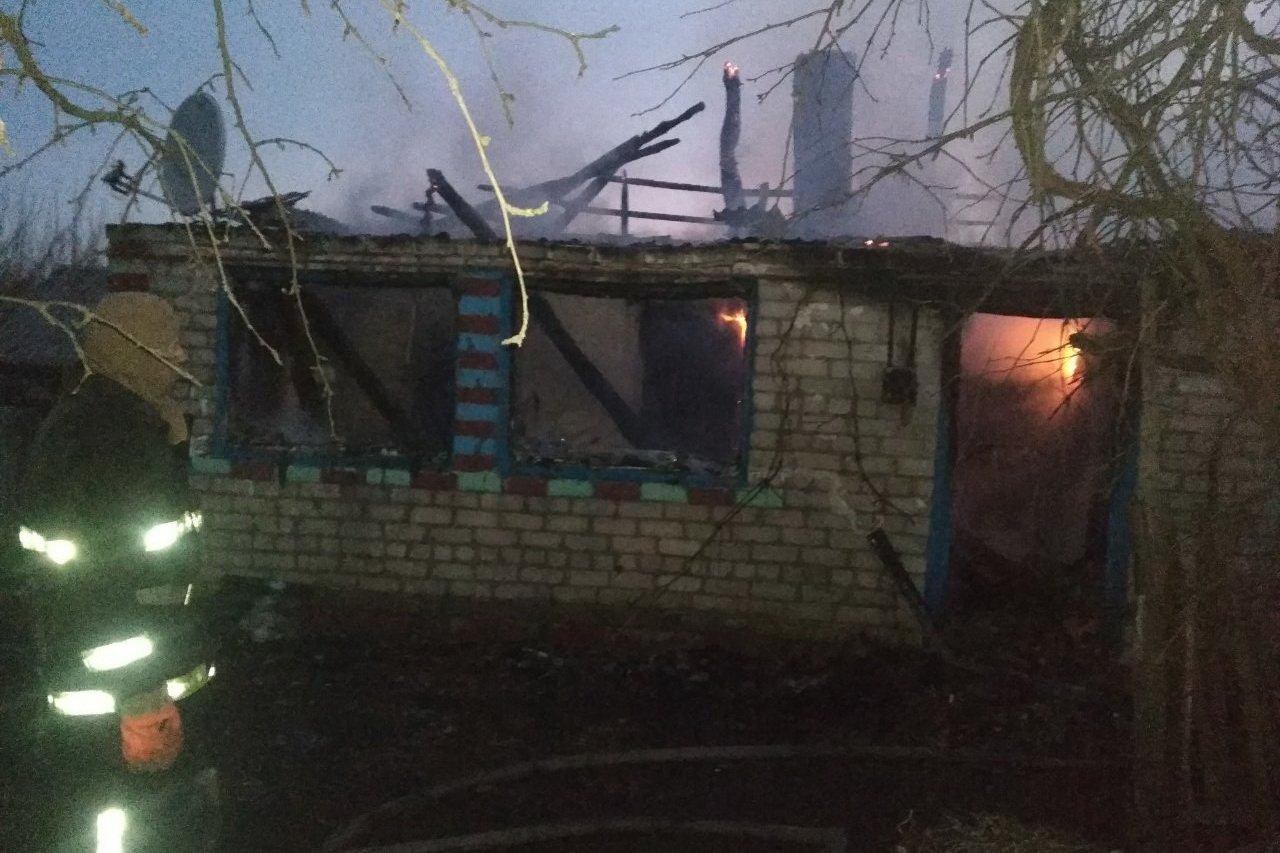 На Харьковщине во время пожара мужчина, который не мог ходить, сумел выползти из дома