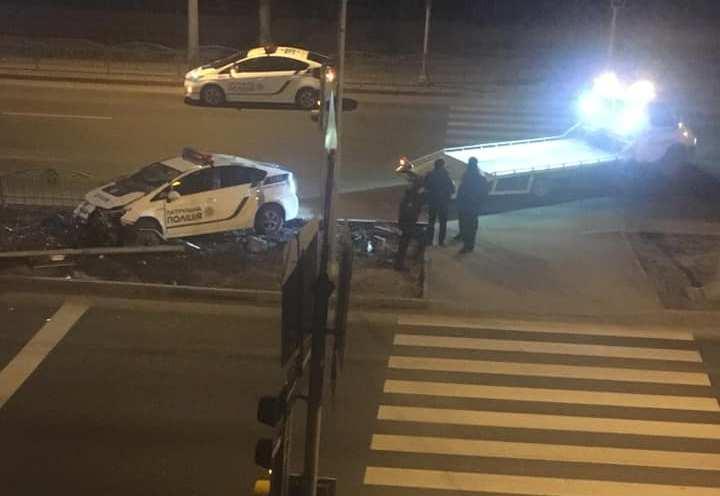 В Харькове автомобиль патрульной полиции столкнулся со светофором (фото)