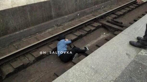 В Харькове на рельсы метро упал мужчина