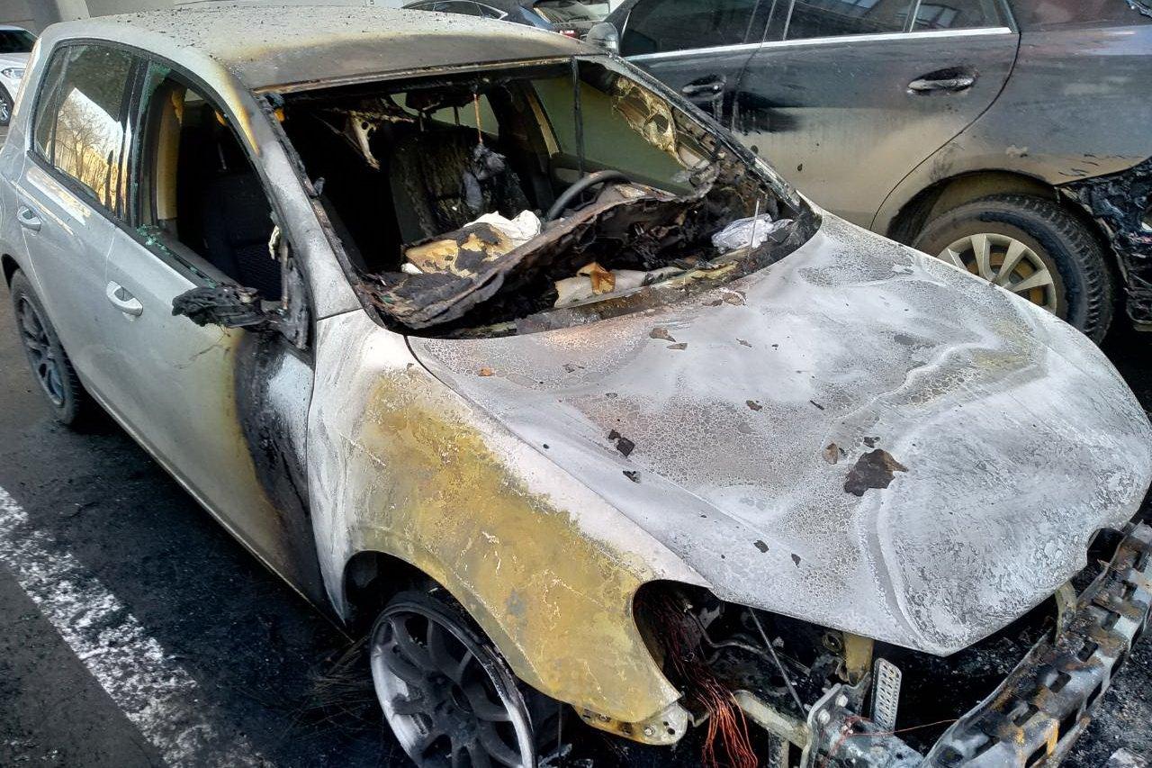 В Харькове ночью сгорели три дорогие иномарки