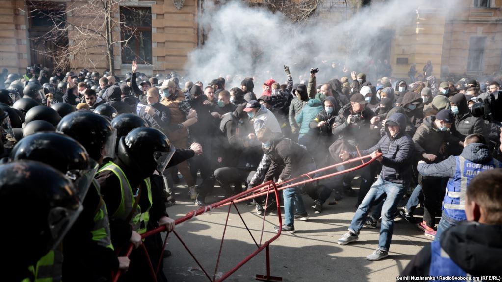 В Киеве возле Администрации Президента прошли стычки националистов и полиции (видео, фото)