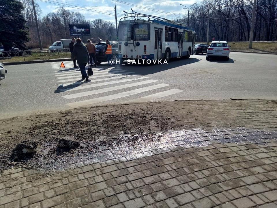 На Лесопарковской троллейбус столкнулся с Infiniti