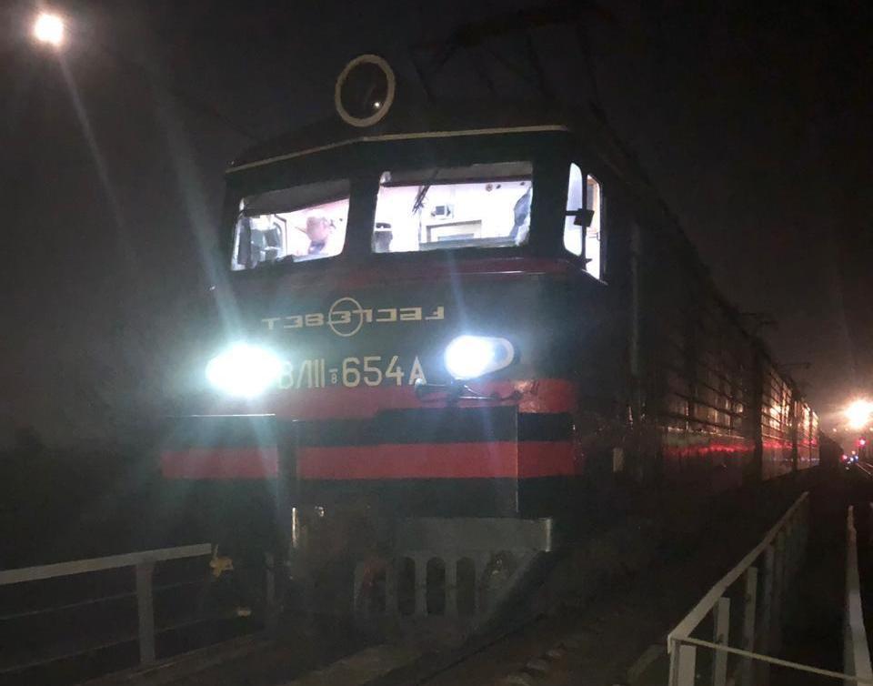 Под Харьковом грузовой поезд травмировал мужчину