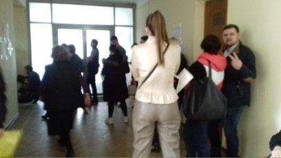 Останній день зміни місця голосування: у Харкові люди стояли у чергах (відео)