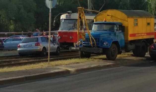 Дорожники нашли способ запретить движение автомобилей по трамвайным путям