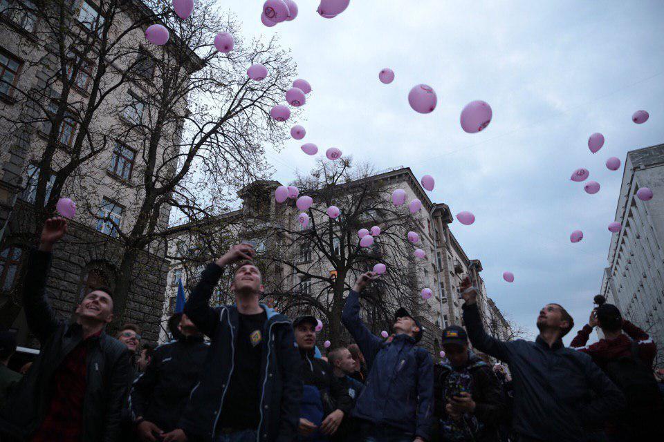 В Киеве националисты пикетировали силовые ведомства