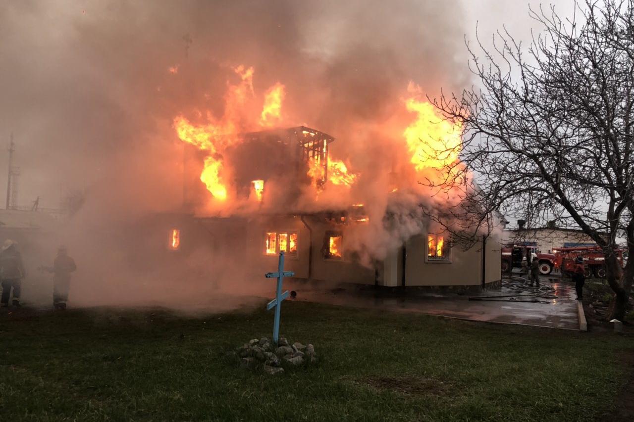 Появилось видео тушения пожара в Свято-Николаевском храме в Люботине