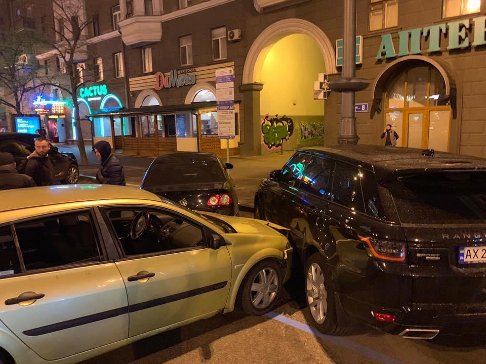 На Павловской пьяный водитель Renault Megane побил припаркованные иномарки (фото)