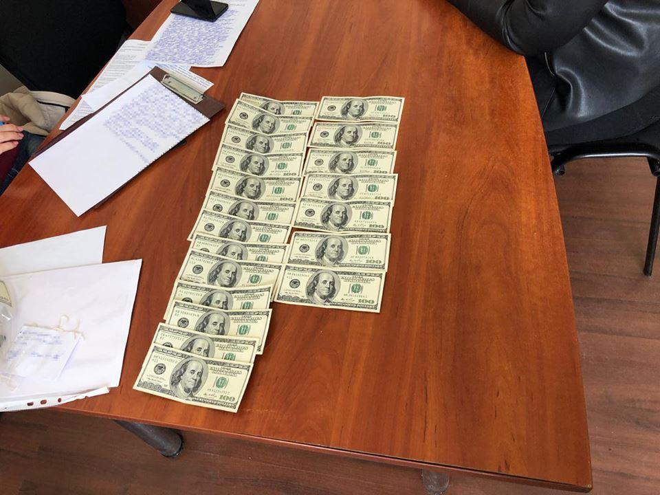 В Харькове на взятке поймали госисполнителя (фото)