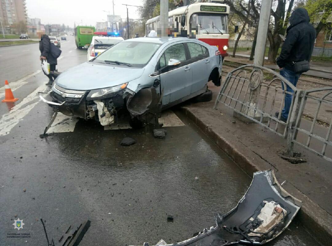 В Харькове иномарка снесла забор (фото)