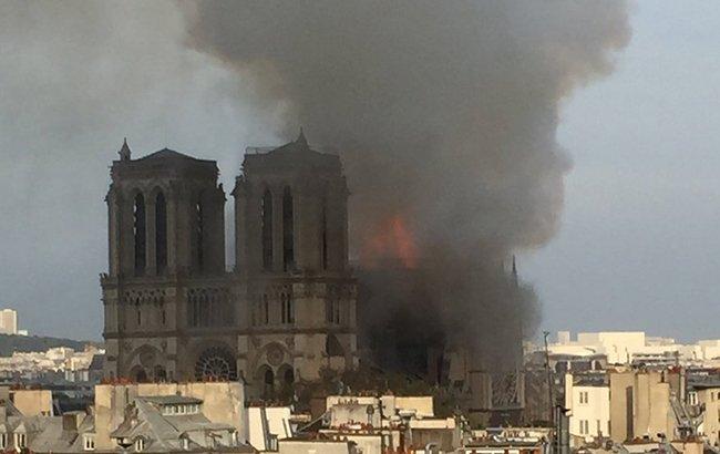 Во Франции горит Собор Парижской Богоматери (фото, видео)