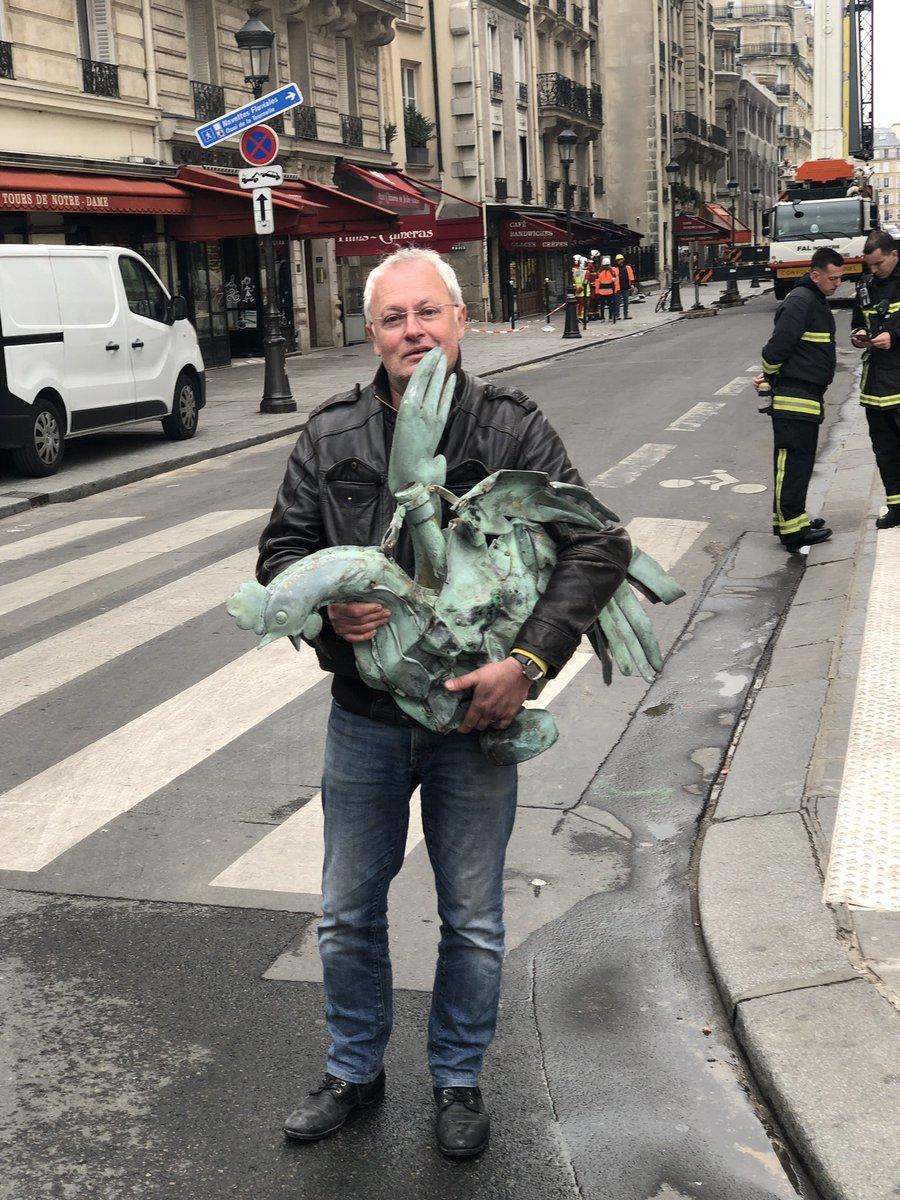 Пожар в Нотр-Даме: в развалинах нашли петуха со шпиля собора