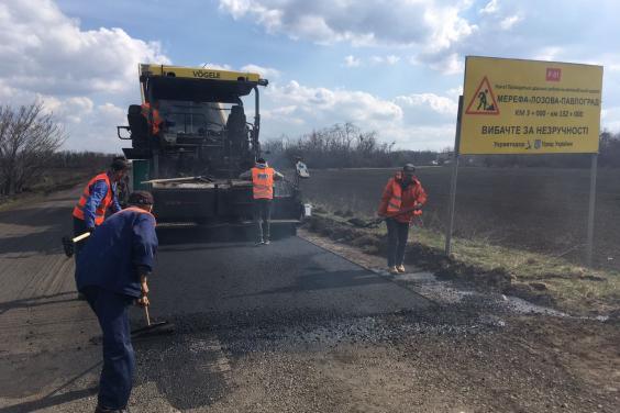 На Харьковщине восстанавливают покрытие дороги Мерефа – Лозовая – Павлоград