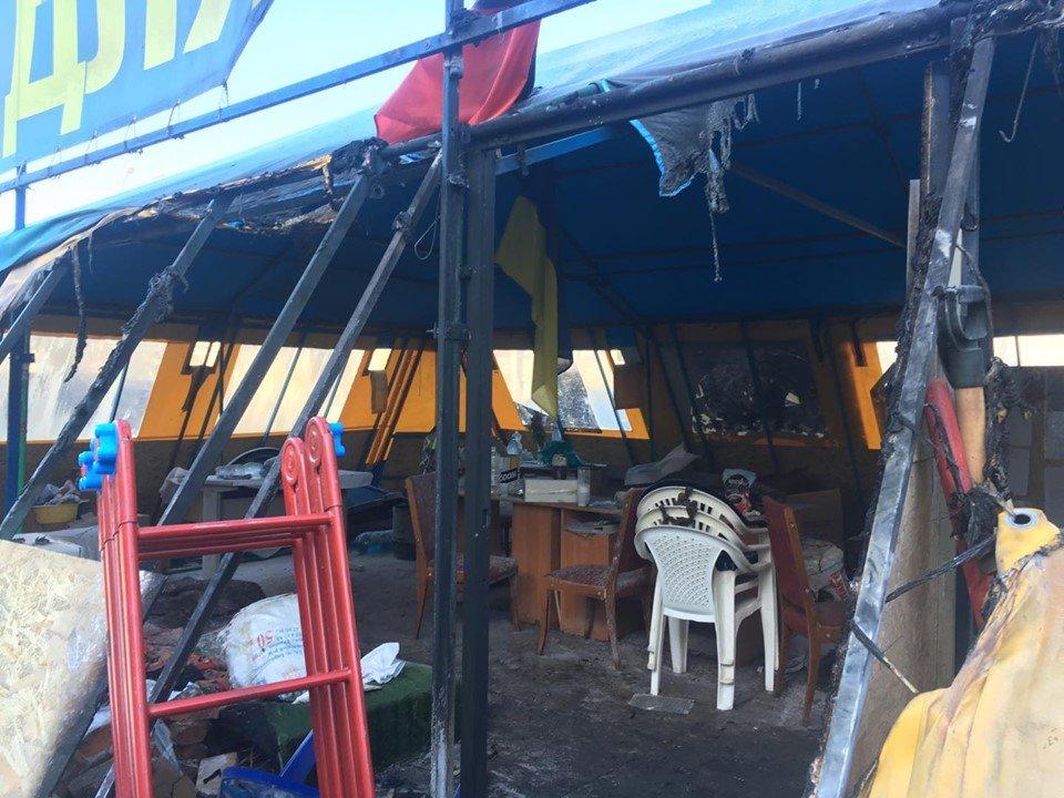 В Харькове подожгли волонтерскую палатку (фоторепортаж, видео)