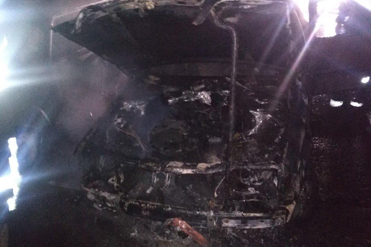В Харькове сгорела очередная иномарка, припаркованная на ночь во дворе многоэтажки (фото)