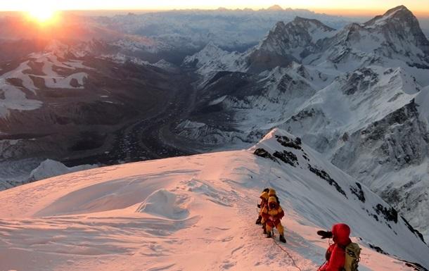 Очереди у вершины Эвереста: с начала 2019 года погибли 17 человек
