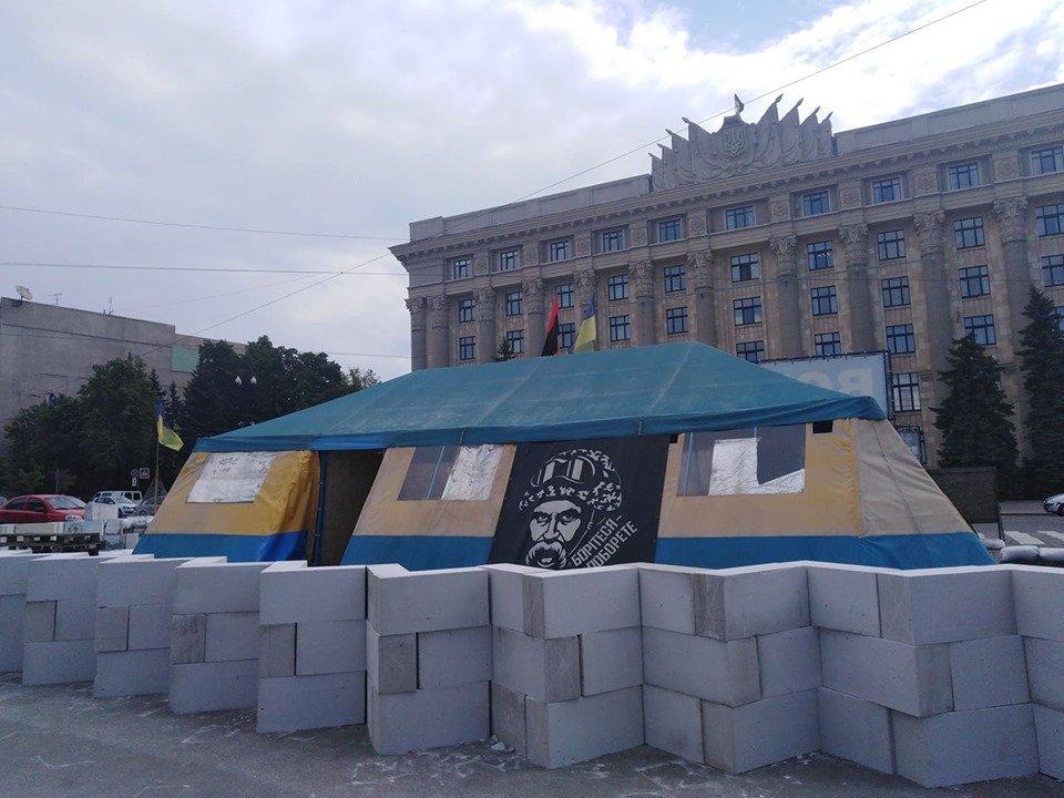 Палатка на площади Свободы: горсовет подал иск в суд