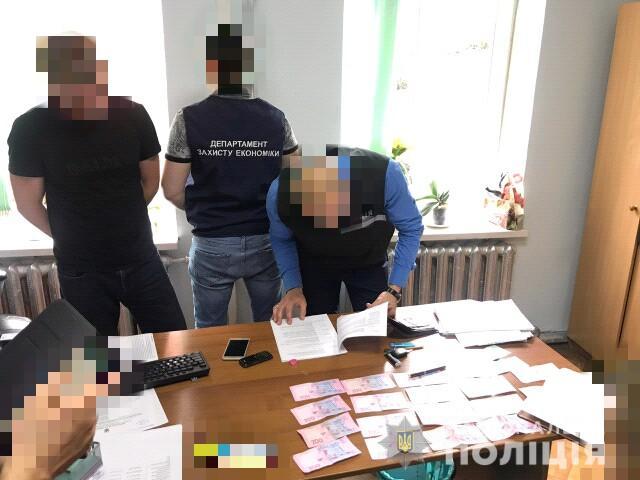 Чиновники Харьковщины задержаны при получении взяток (фото)