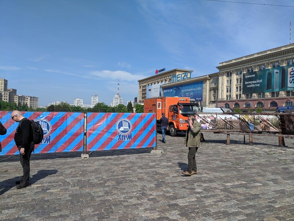 Активисты помешали коммунальщикам установить ограждение возле волонтерской палатки на площади Свободы (фоторепортаж, видео)