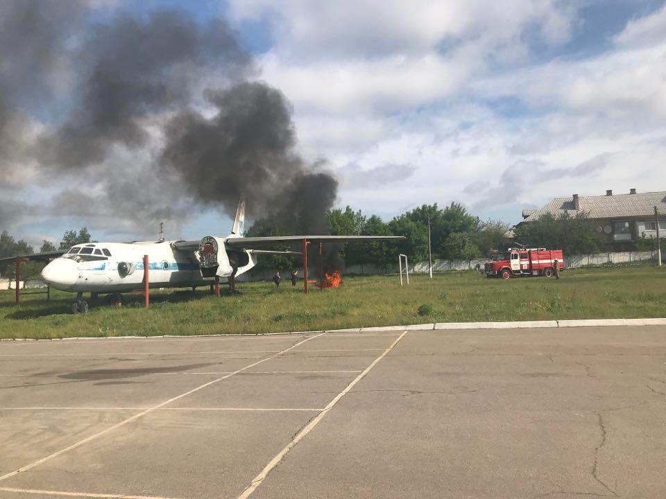 В Харькове будущие спасатели тушили самолет (фоторепортаж)
